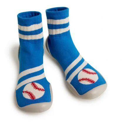 chaussn en laine bleue et crème décoré d'un ballon de base ball. Un modèle qui s'enfile comme une chaussette doté d'une semelle caoutchouc à picots signé Collégien