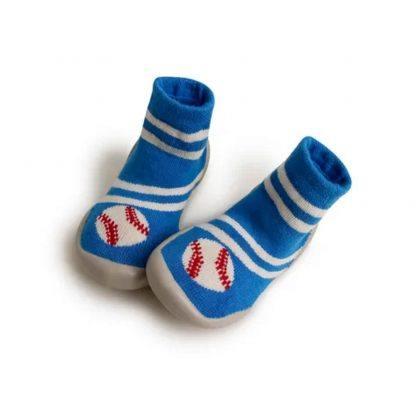 il s'enfile comme une chaussette le chausson Base ball de Collégien. Un modèle en laine bleue et crème et ballon de base ball vrème et rouge. Ce chausson est doté d'une semelle caoutchouc