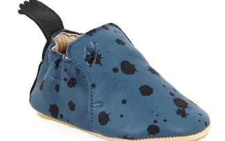 un cuir denim doté de tâches noires pour le chausson pré-marche Blublu Ink signé Easy Pesy;