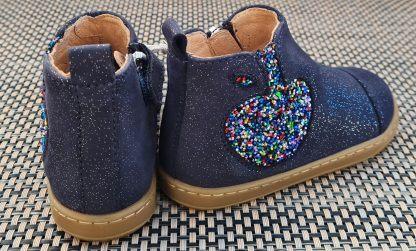ravissante la bottine premiers pas Bouba Apple en cuir velours marine irisé et pomme glitter multicolore. Chaussure pour fille Shoo Pom fermée par 1 zip.