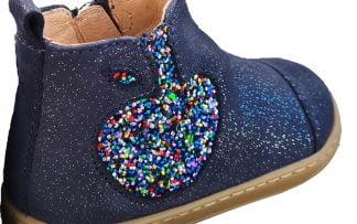 Bouba Apple, une bottine pour premiers pas en cuir velours marine irisé argent joliment décoré d'une pomme glitter multicolore, modèle Shoo Pom à zip