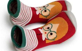 """Chaperon rouge, un chausson en laine qui représnete """"mère-grand"""" colorée en rouge, moutarde, beige et vert. Ce modèle s'enfile comme une chaussette, il est doté d'une semelle en caoutchouc à picots"""