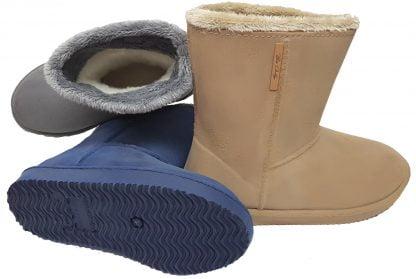 les bottes Cosy en Pvc sont fourrées, de couleur beige ou bleue ou grise, elle s'enfilent tout simplement.