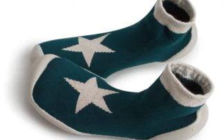 chausson en coton vert foncé doté d'une étoile beige irisé avec une semelle antidérapante. Modèle Etoile Unik de Collégien.