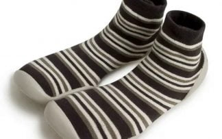 des rayures marrons, crèmes et kaki pour le chausson en laine Hippie. Un modèle Collegien qui s'enfile comme une chaussette et qui est doté d'une semelle en caoutchouc à picots
