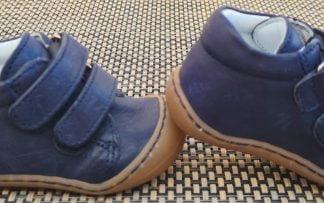 une chaussure pré-marche en cuir marine à 2 velcros. Modèle Kid signé Bellamy doté d'une semelle très souple.