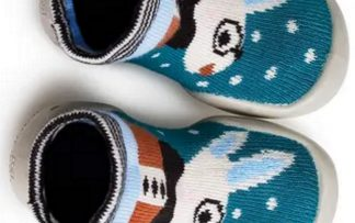 un chausson en laine avec motif lapin crème, marron, bleu canard et bleu ciel pour le chausson Collegien Leo. Ce modèle est doté d'une semelle caoutchouc à picots et s'enfile comme une chaussette