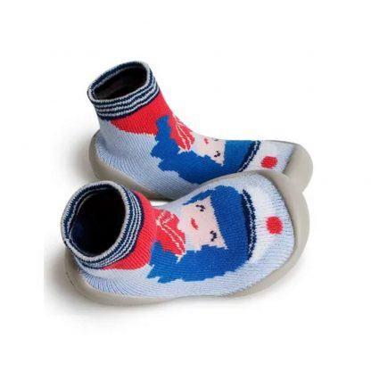 un motif fille bleu, rose clair, rouge et crème sur un fond bleu pour le chausson en laine Pin Up de Collegien. Modèle doté d'une semelle en caoutchouc.