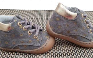 Rachel, une chaussure souple pré-marche en cuir velours gris doté de pois or. Un modèle pour bébé signé Bellamy à lacets.