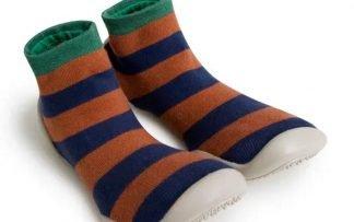 chausson en laine rayé camel et marine avec semelle en caoutchouc. Modèle Rayures Automnales de Collégien qui s'enfile comme une chaussette.