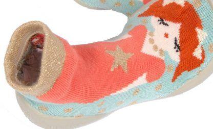 chausson enfant en coton décoré d'une jolie princesse ton rouille rose clair et rose sur fond turquoise Syxties princesse de Collégien. Ce modèle s'enfile comme une chaussette, il est doté d'une semelle en caoutchouc.