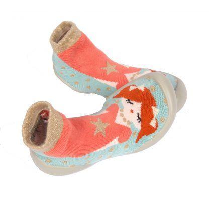 une jolie princesse décore le chausson enfant en coton de Collégien. Un fond turquoise, du rouille, du rose et rose clair et or irisé pour le modèle Syxties Princesse doté d'une semelle en caoutchouc. Ce chausson Collégien s'enfile comme une chaussette.