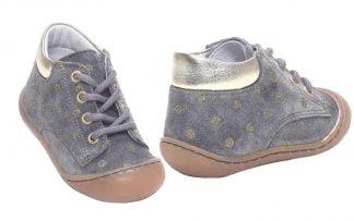 Zama, une chaussure bébé pour les premiers pas, souple et confortable en cuir velours gris et pois or. Ce modèle signé Bellamy est fermé par 1 lacet