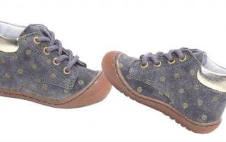 chaussure pré-marche en cuir velours gris joliment décoré de pois or. Un modèle pour bébé à lacets signé Bellamy