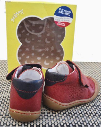 une chaussure prémarche en cuir rouge et col matelassé marine, Zoo fermé par 2 velcros. Ce modèle Bellamy est doté d'une semelle extra souple.