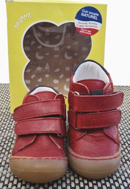 Zoo en cuir rouge et col matelassé marine, une chaussure bébé pour pré-marche signée Bellamy. Ce modèle est fermé par 2 velcros