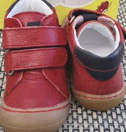 un cuir rouge doté d'un col matelassé marine pour Zoo, une chaussure pré-marche. modèle Bellamy fermé par 2 velcros