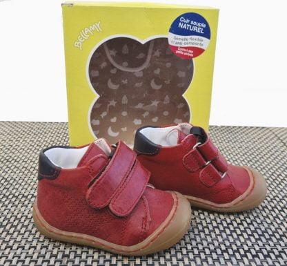 une chaussure pré-marche en cuir rouge à 2 velcros. Modèle Zoo signé Bellamy doté d'une semelle très souple.