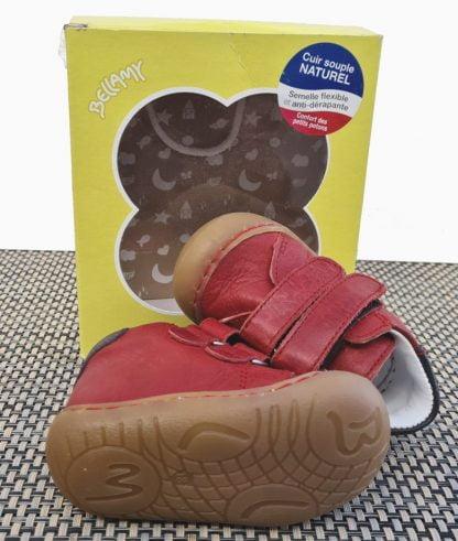 un cuir rouge pour Zoo, une chaussure pré-marche fermée par 2 velcros. Ce modèle Bellamy est doté d'une semelle extra souple