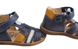 chaussure enfant style nu-pied fermé en cuir marine et doté d'empiècements cuir blanc et moutarde. Donjon de Bellamy à velcro