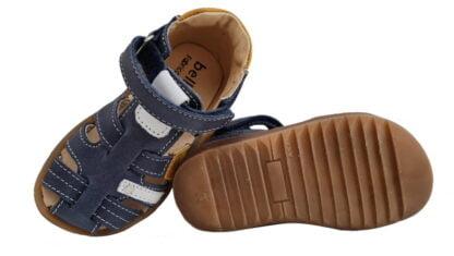 Donjon, un nu-pied à bout protégé pour les premiers pas de bébé en cuir marine et empiècements cuir blanc et moutarde. Une chaussure Bellamy pour garçon à velcro