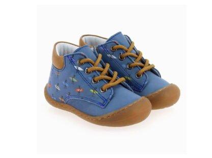 chaussure bébé pré marche Elvis en cuir bleu imprimé surfeurs signé Bellamy. Ce modèle extra souple est fermé par 1 lacet