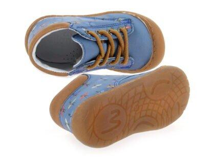 Elvis de Bellamy, une chaussure pour bébé en cuir bleu imprimé surfeurs. Un modèle pré marche fermé par 1 lacet