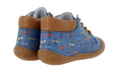 une chaussure pré marche en cuir bleu imprimé surfeurs. Modèle Elvis à lacets de Bellamy