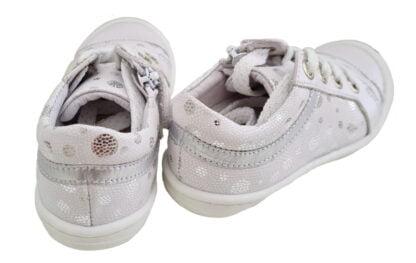 chaussure enfant style sneaker en cuir blanc doté de pastilles et d'empiècements argent. Modèle Marina de Bellamy à lacet et 1 zip