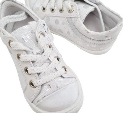 un cuir blanc et argent pour la basket fille Marina de Bellamy. Une sneaker basse fermée par 1 lacet et 1 zip