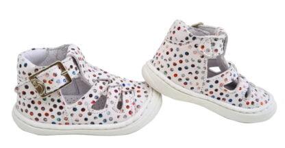 des pastilles multicolores décorent la chaussure pré marche en cuir blanc Sosso de Bellamy. Un modèle souple pour bébé fermé par 1 bride à boucle