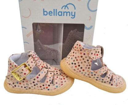 pour les bébés, une chaussure pré marche en cuir nude doté de pastilles multicolores. Modèle souple Sosso de Bellamy fermé par 1 bride à boucle