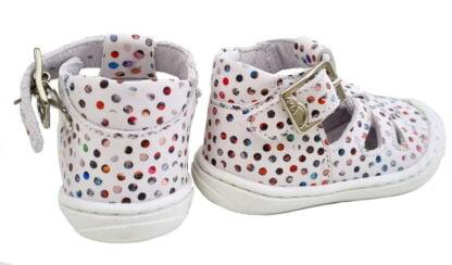 Ce cuir blanc est joliment décoré de pastilles multicolores, Sosso, une chaussure pré marche signée Bellamy. Un modèle souple fermé par 1 bride à boucle