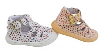 un cuir blanc ou nude doté de pastilles multicolores pour la chaussure enfant pré marche Sosso de Bellamy. Ce modèle souple est fermé par 1 bride à boucle