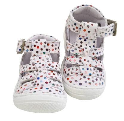 Sosso, une chaussure pré marche en cuir blanc doté de pastilles multicolores et fermé par 1 bride à boucle. Modèle souple pour bébé signé Bellamy
