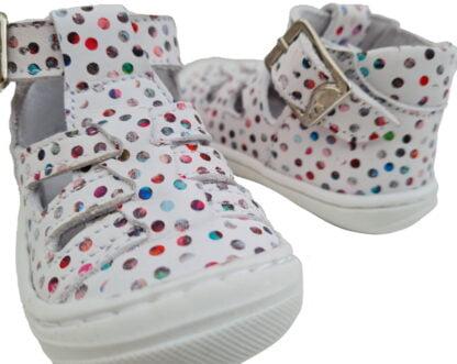 chaussure de pré marche pour bébé fille en cuir blanc doté de pastilles multicolores et fermée par 1 bride à boucle. Modèle Sosso signée Bellamy