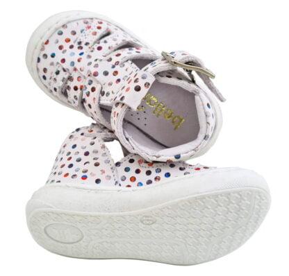 un cuir blanc doté de cercles multicolores pour la chaussure pré marche Sosso de Bellamy? Ce modèle pour bébé est fermé par 1 bride à boucle