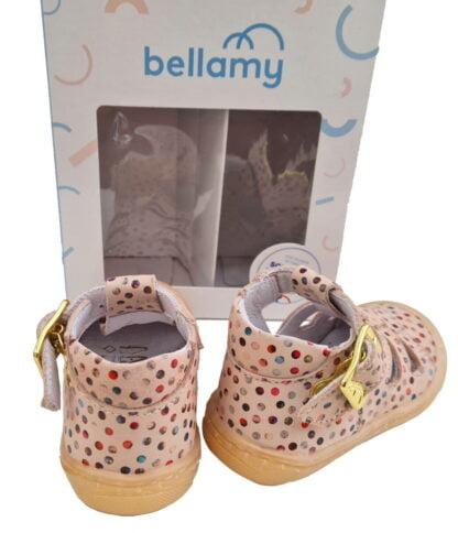 un cuir nude doté de multiples cercles multicolores pour la chaussure pré marche Sosso de Bellamy. Ce modèle à bout protégé est fermé par 1 bride à boucle