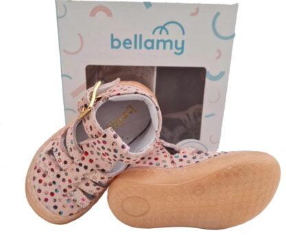 Sosso, une chaussure pour bébé en cuir nude doté de points multicolores. Ce modèle à bout protégé pour pré marche est signé Bellamy. Sosso est fermé par 1 bride à boucle