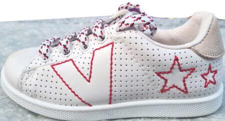 un cuir blanc et motifs rouge avec col nubuck gris pour la basket enfant de Victoria fermée par 1 lacet