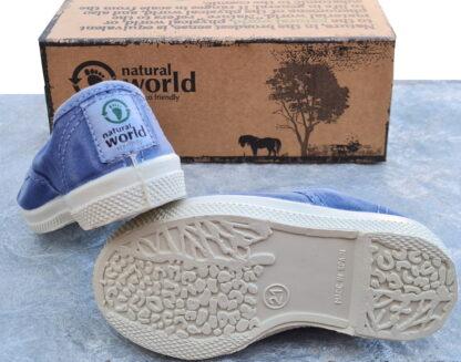 un imprimé bleu celeste pour la basket toile enfant de Natural Word, modèle avec élastique sur le pied