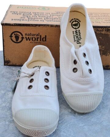 une basket toile blanche et semelle caoutchouc blanc cassé pour cette chaussure enfant de Natural Word
