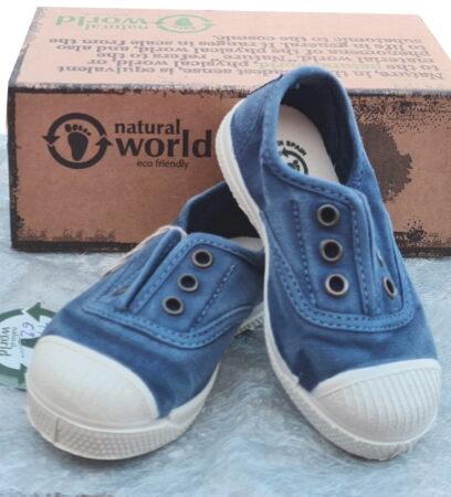 une toile bleu pétrole pour la basket 470E de Natural Word. Chaussure basse pour enfant doté d'un élastique sur le coup de pied