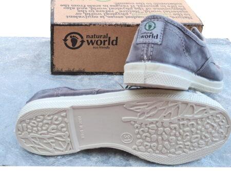confortable avec sa semelle amovible, la chaussure toile enfant 470E est doté d'un élastique sur le pied. On aime sa couleur gris clair