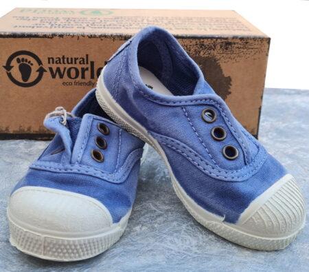 chaussure toile bleu céleste pour enfant signée Natural Word. Ce modèle est doté d'un élastique sur le coup de pied