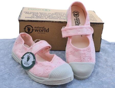 ballerine pour fille en toile dentelle rose signée Natural Word. Ce modèle est fermé par 1 velcro sur le pied