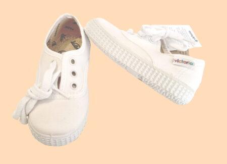 chaussure en toile blanche pour enfant victoria. le modèle Inglese se ferme par un lacet