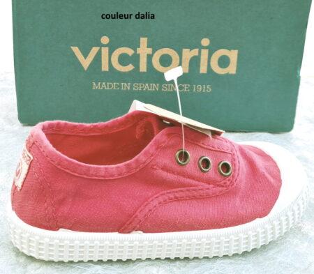 chaussurre toile enfant, modèle Inglese de Victoria avec élastique sur le pied. Elle est vêtue d'une toile dalia