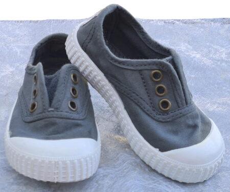 la chaussure toile grise foncée élastiquée sur le pied 6627 est signée Victoriia