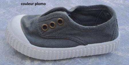 Une toile gris foncé sur une semelle caoutchouc blanche, chaussure toile Victoria avec élastique sur le pied